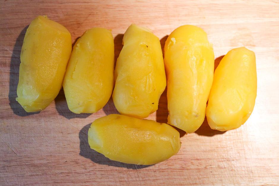 Erdäpfel nach dem Kochen geschält.