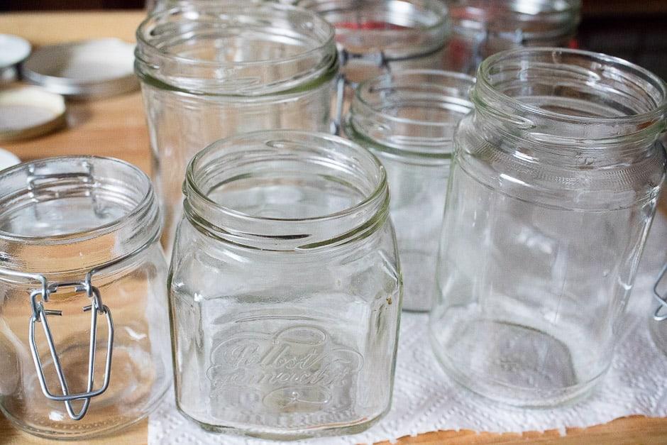 Glaeser für Aprikosenmarmelade vorbereiten