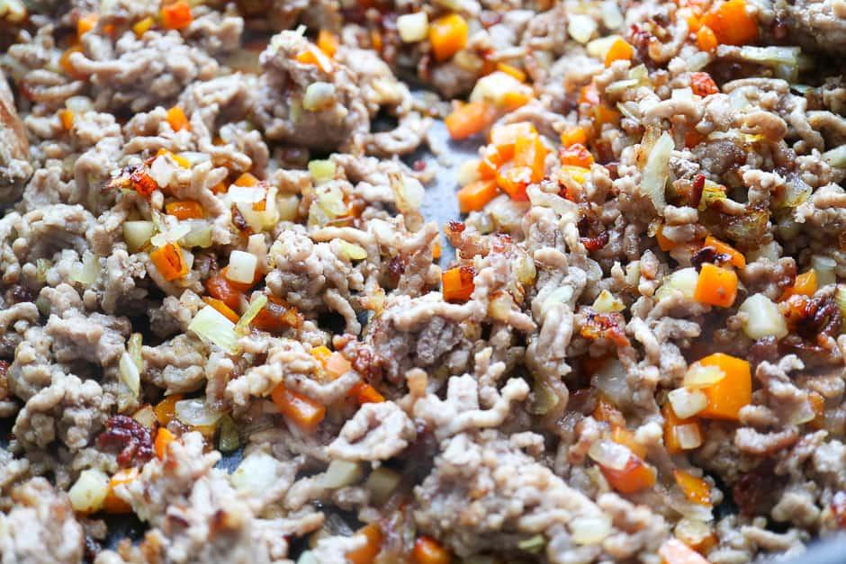 HAckfleisch und Gemüse anbraten