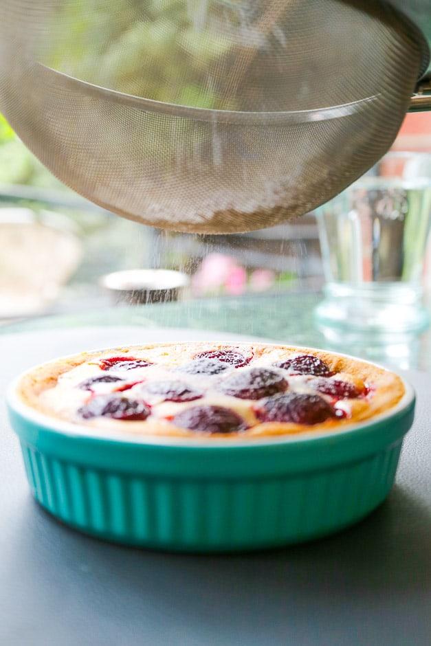 Kirschkuchen mit Puderzucker bestreuen.