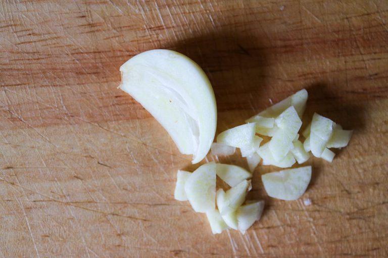 Knoblauch fein in Würfel schneiden.
