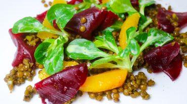 Linsensalat mit Orangen, Feldsalat und rote bete anrichten