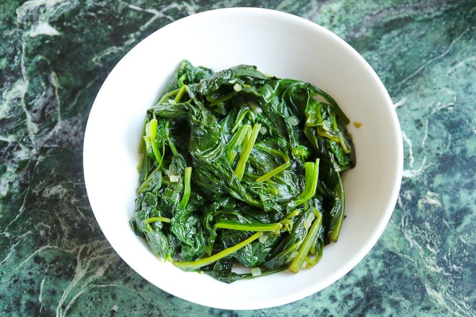 Spinat ohne Sahne zubereitet und angerichtet.