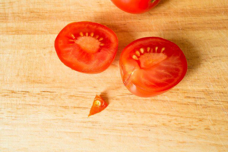 Tomaten für Tomatensalat zuschneiden.