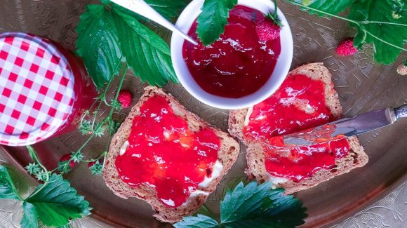 Erdbeermarmelde Brot Nahaufnahme