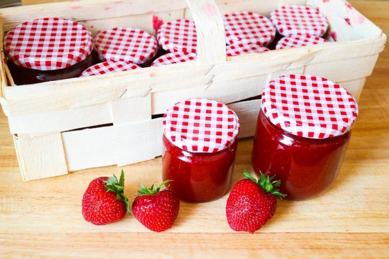 Erdbeermarmelade Gläser mit Korb