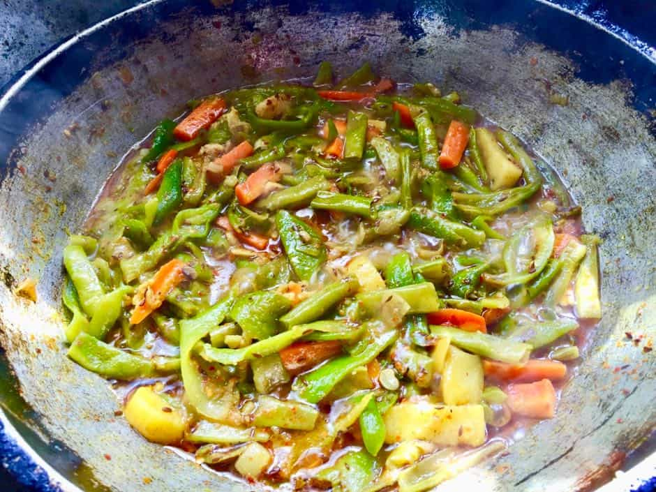 Currygericht mit reichlich Gemüse in Nepal.