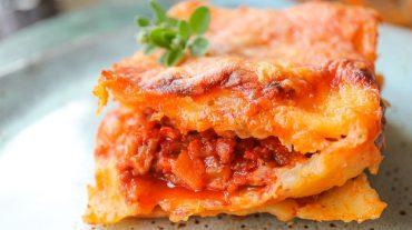 Angerichtete Lasagne angerichtet