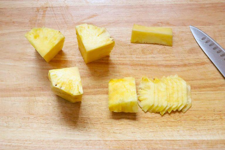 Ananasecken schneiden