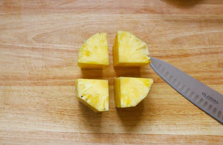 Fruchtkörper frischer Ananas geviertelt