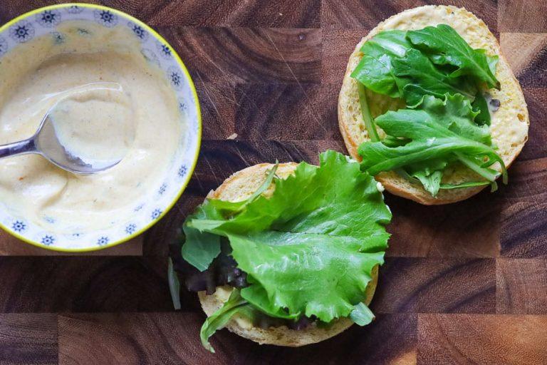 Salatblätter auf den Burger legen