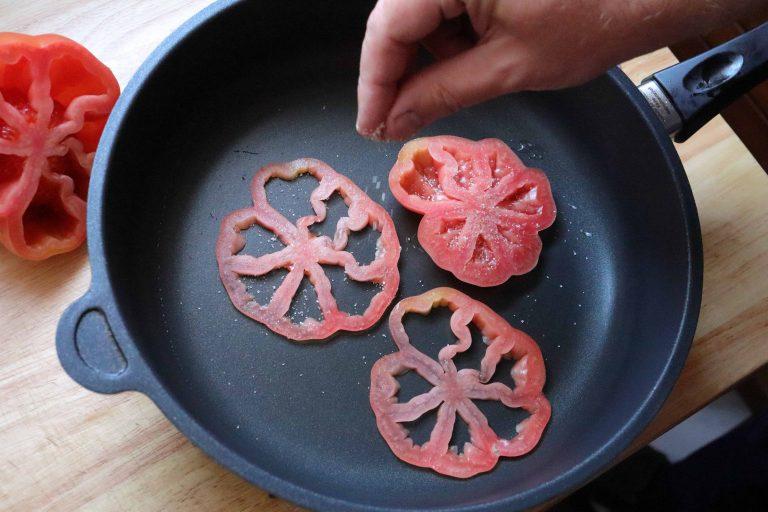 Tomaten in der Pfanne würzen