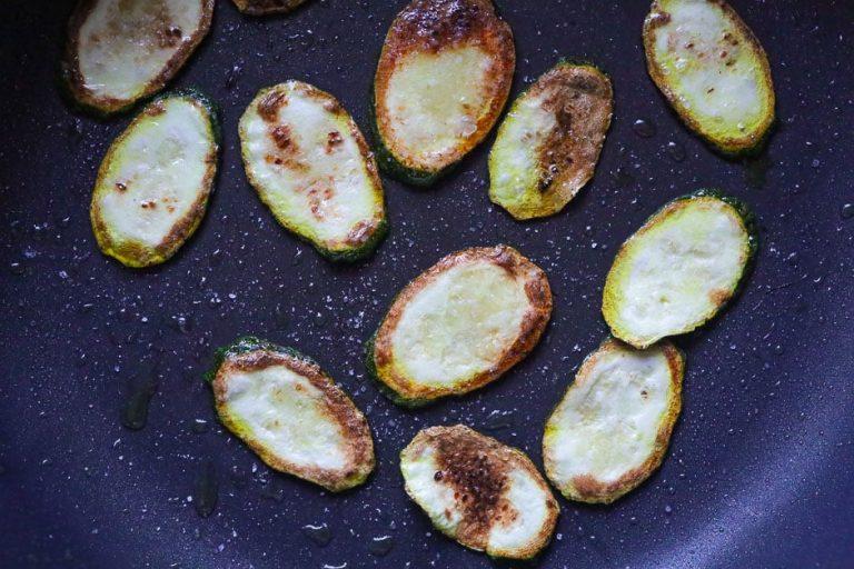 Zucchinischeiben anbraten