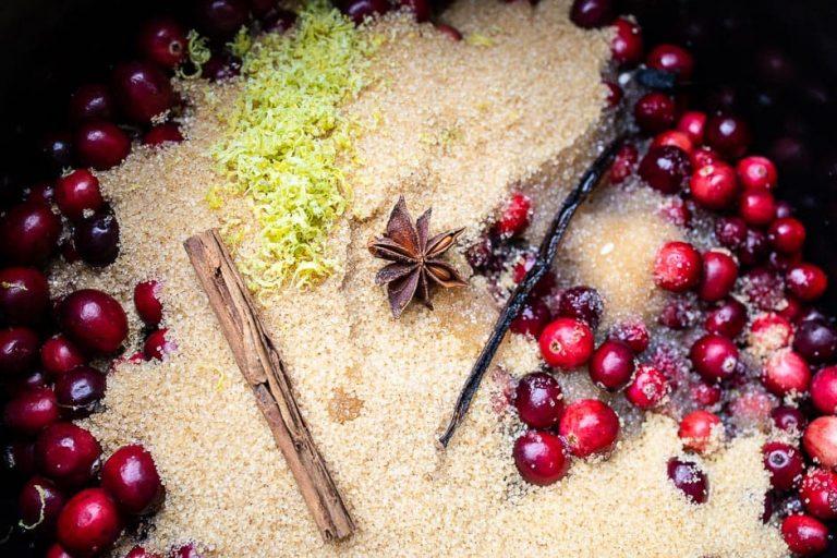 Cranberries im Topf mit Gewürzen für Kompott