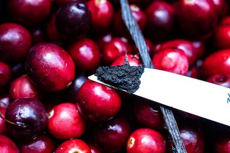 Vanilleschote und Vanillemark zu den Beeren geben
