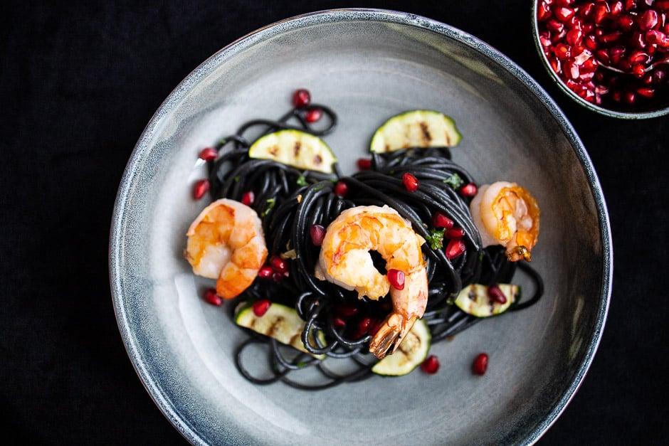 Garnelen auf schwarzer Spaghetti