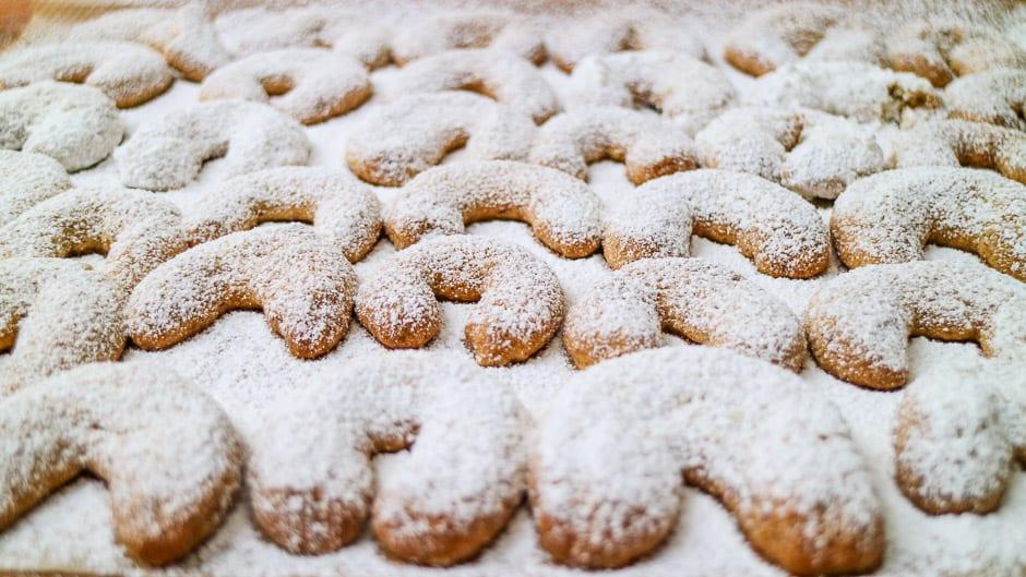 Vanillekipferl gebacken und mit Puderzucker