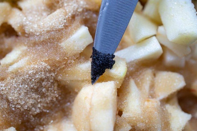 Vanillemark mit apfelstücken und Zucker im Hintergrund