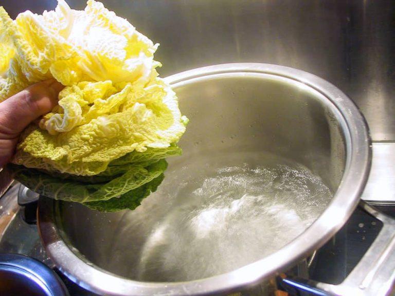 Wirsingblätter und Kochtopf