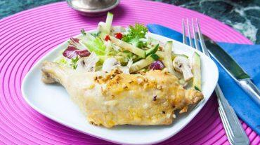 Hähnchenschenkel im Backofen mit Salat serviert