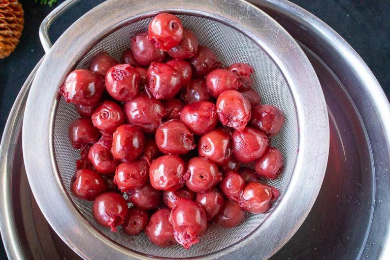 Kirschen auf ein Sieb geben