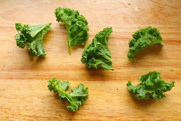Grünkohlblätter auf Chipsgröße geschnitten