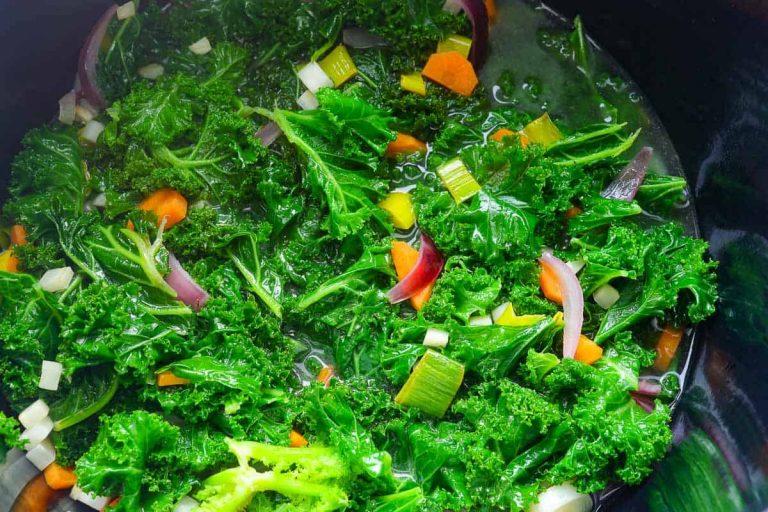 Grünkohl Suppe im Topf