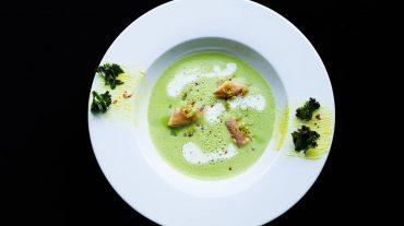 Grünkohl Suppe mit Räucheraal und Räucherschaum