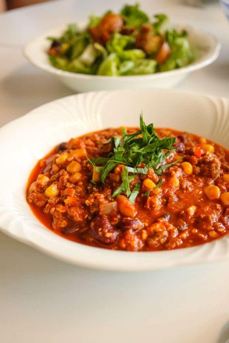 Chili sin Carne mit Lauch oder Petersilie garnieren und servieren