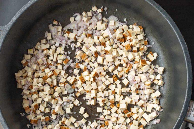 Tofu und Schalotten in die Pfanne geben
