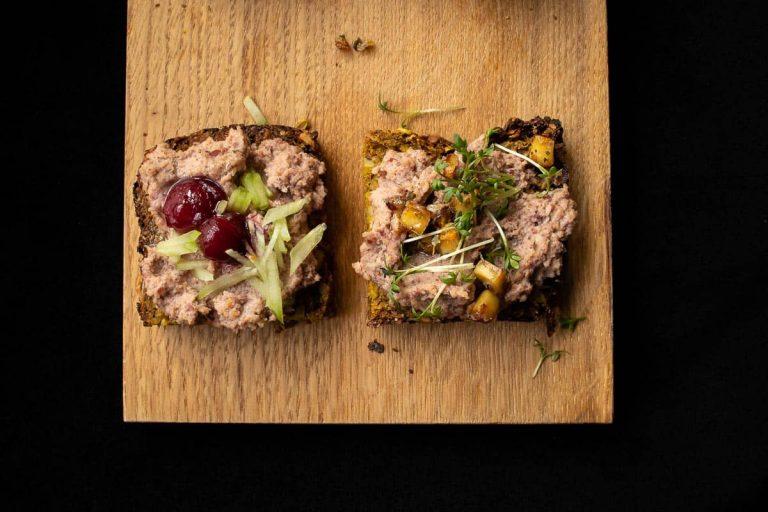 vegane Leberwurst auf selbstgebackenem Brot