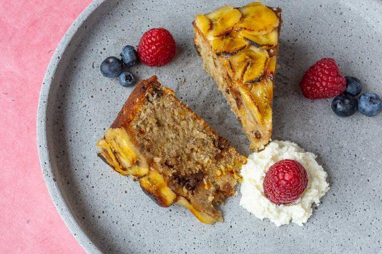Fertiger Bananenkuchen nit Obst auf dem Teller