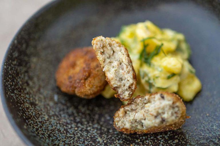 Fisch frikadellen mit Kartoffelsalat anrichten