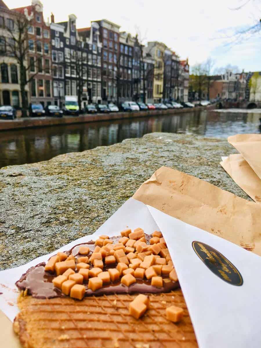 Waffeln essen in Amsterdam an der Gracht