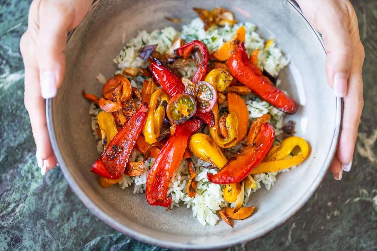Gemüsereis fertig mit Butter, Kräutern und Backofengemüse