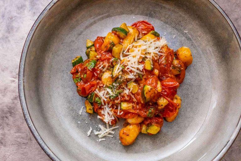 Gnocchi mit Tomatensauce auf dem Teller