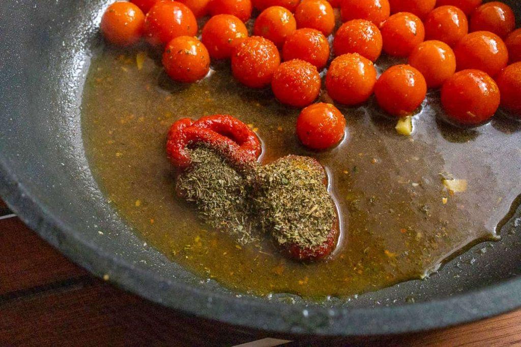 Tomatensauce in der Pfanne zubereiten