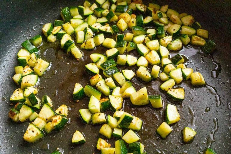 Zucchiniwürfel in der Pfanne