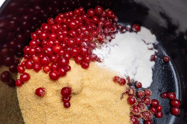 Zucker und Gelierhilfe und Johannisbeeren im Topf