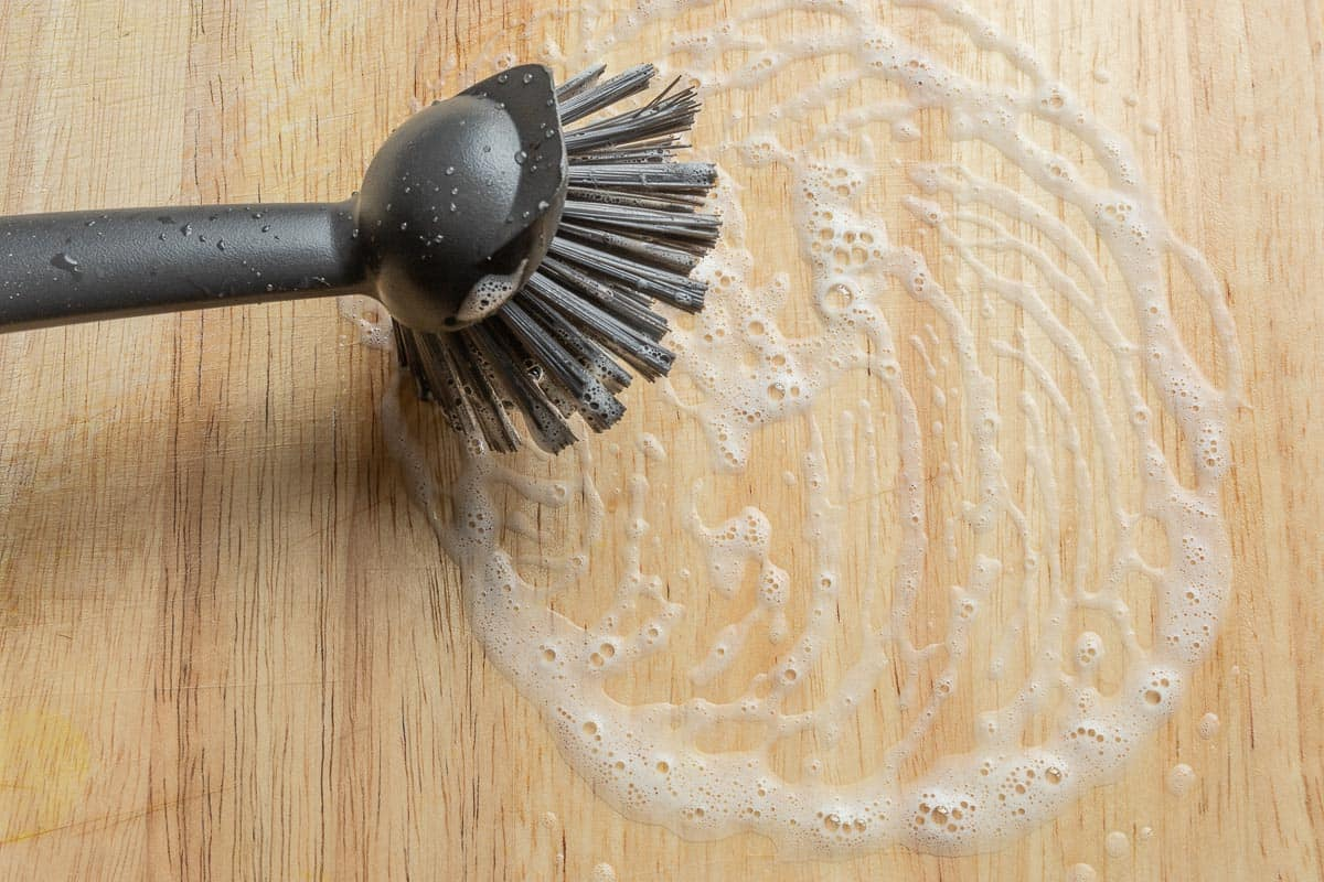 Holz Schneidebrett mit Bürste reinigen