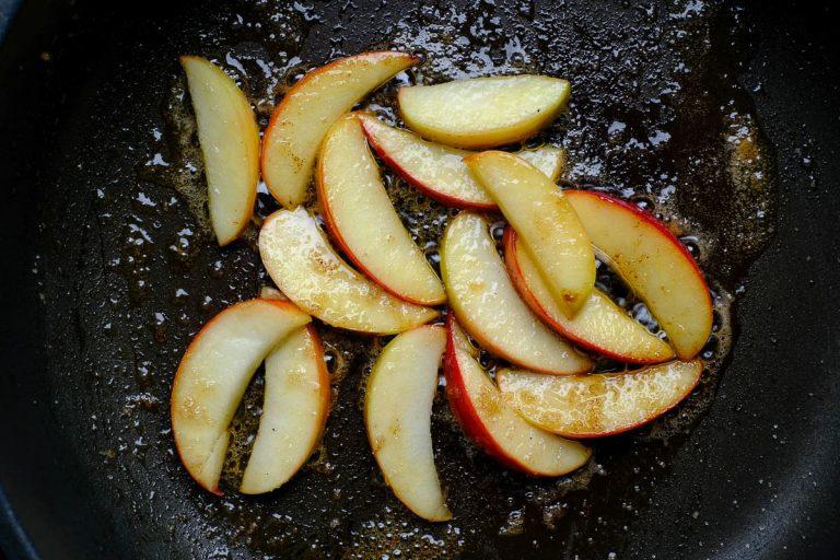 Apfelstücke in der Pfanne