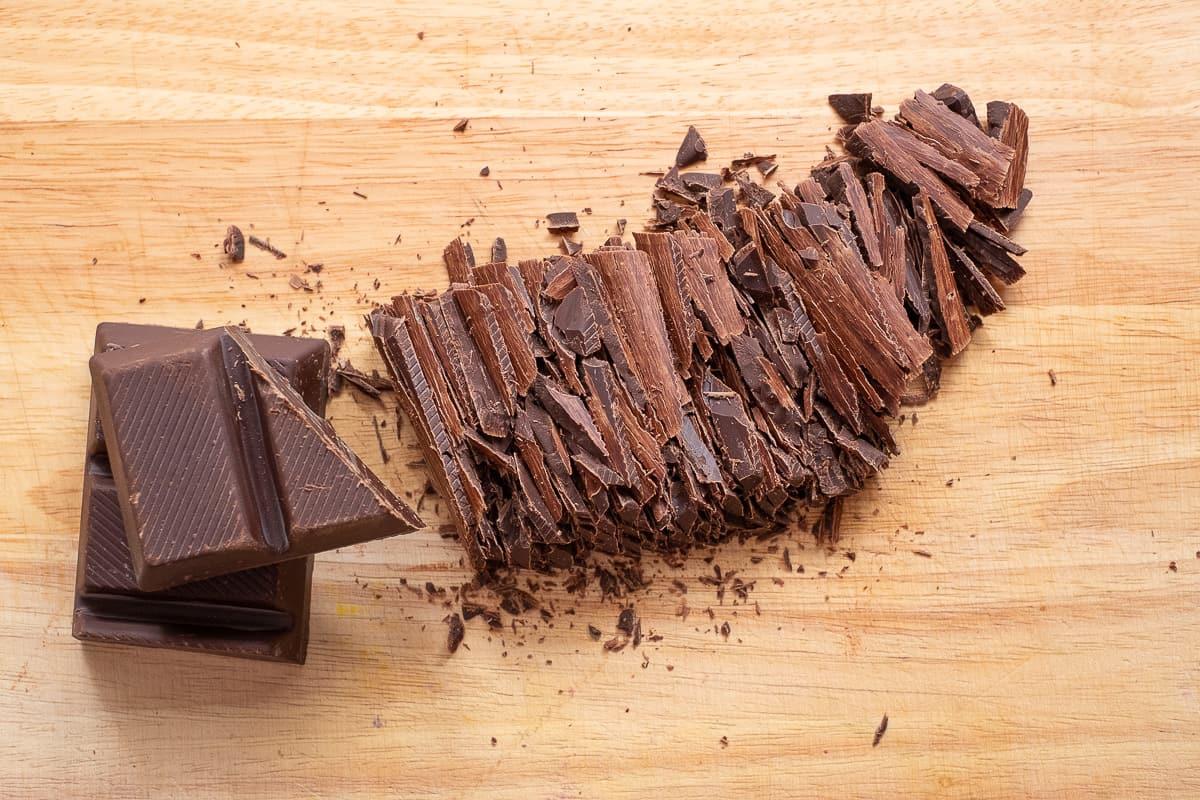 Dunkle Schokolade klein schneiden