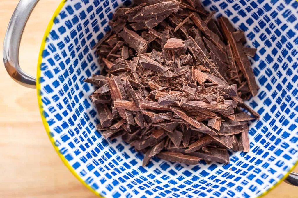 Dunkle Schokolade geschnitten