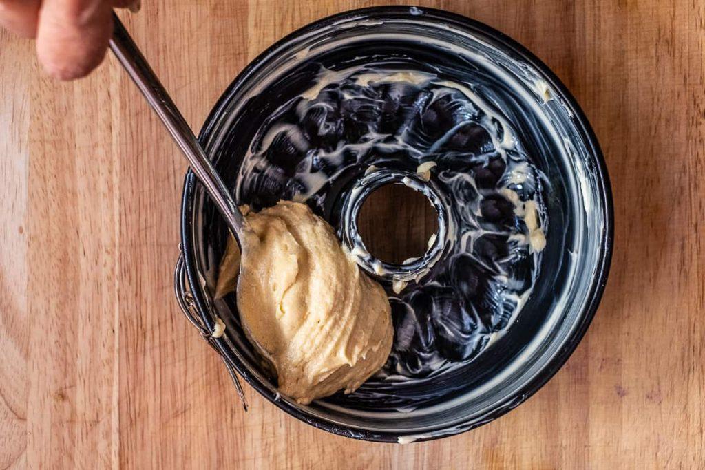 Hellen Teig in Kuchenform füllen