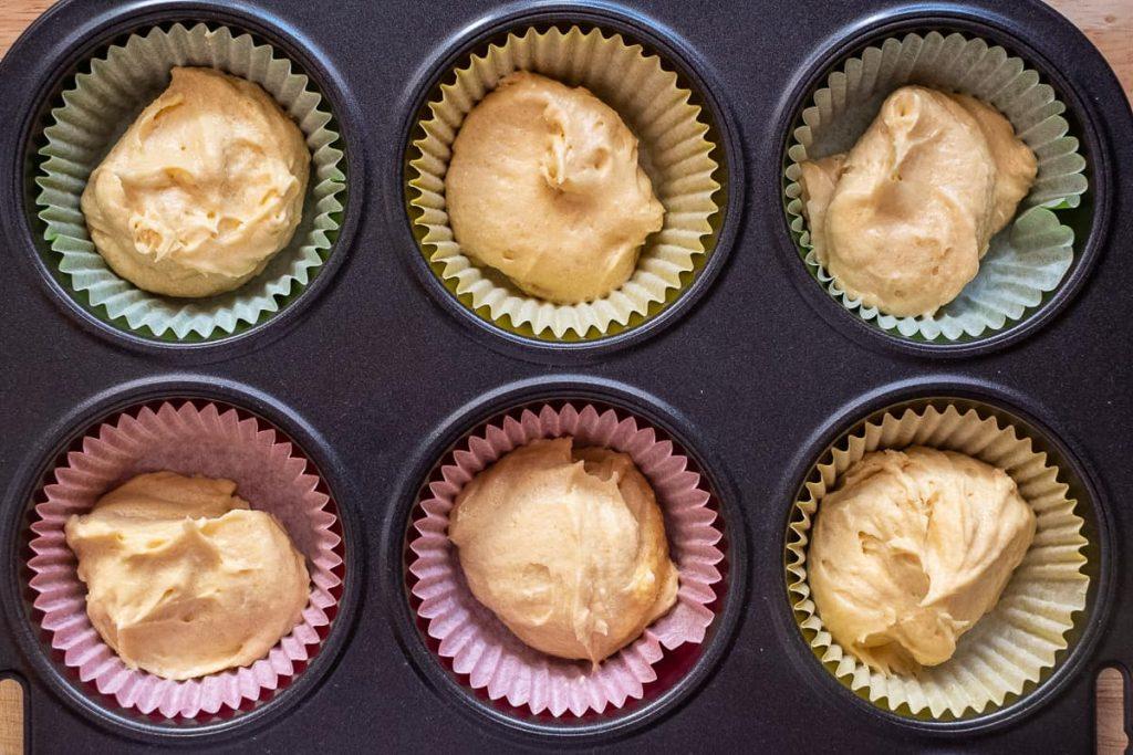 Hellen kuchenteig in Muffin formen geben