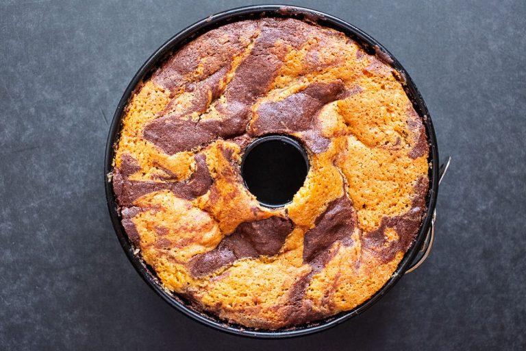 Marmorkuchen in der Kuchenform