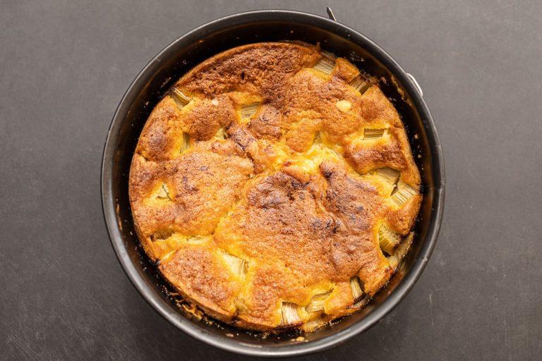 fertig gebackener Rhabarberkuchen