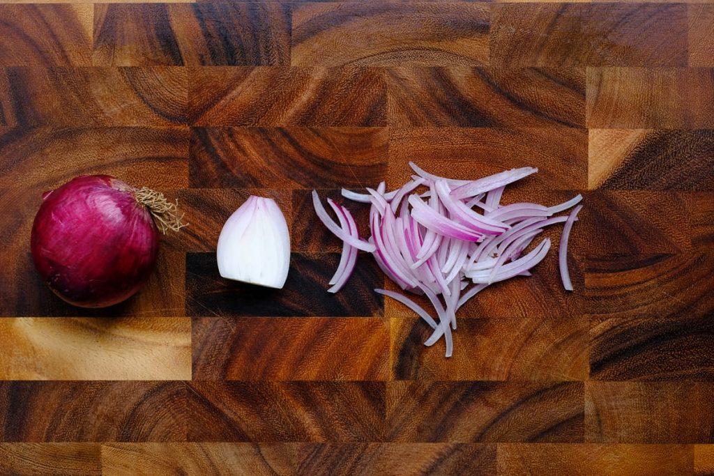 Zwiebel in Streifen schneiden