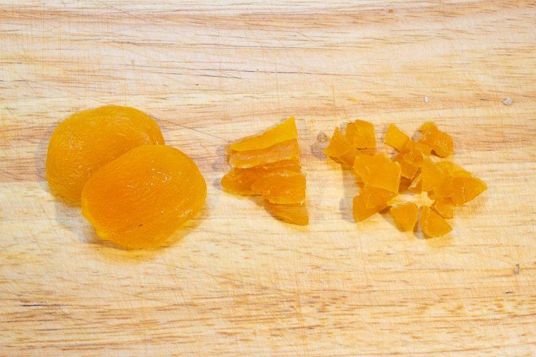 Aprikosen klein schneiden