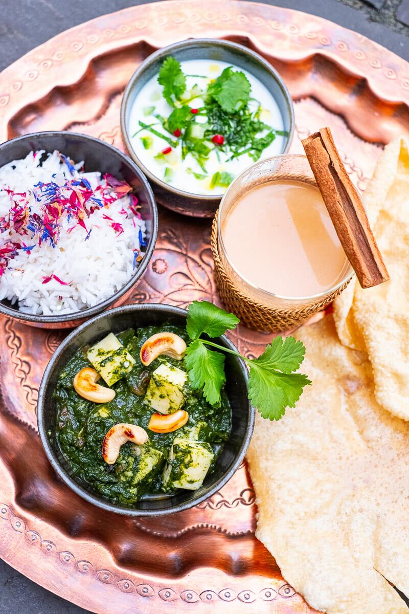 Palak Paneer mit Reis, Papadam, Raita und Gewürztee